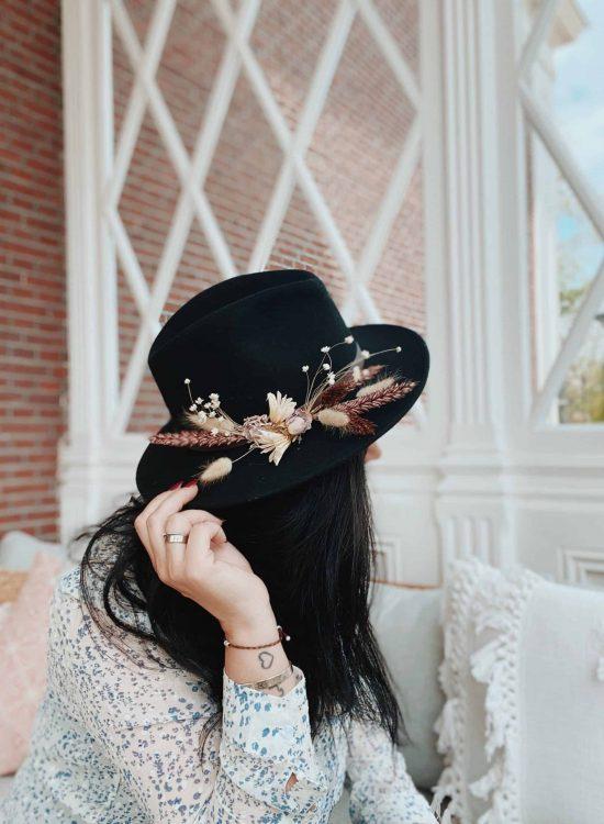 lilbobs.nl-mrsbobs-hoeden-droogbloemen-zwart-hats-scaled-1.jpg
